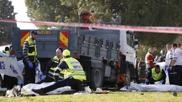 رجال البحث الجنائي في موقع حادث الدهس الذي قتل فيها 4 جنود في القدس