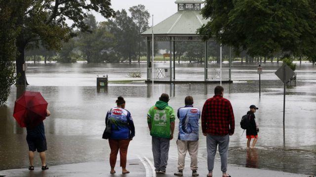 Jalan-jalan Raymond Terrace tergenang air