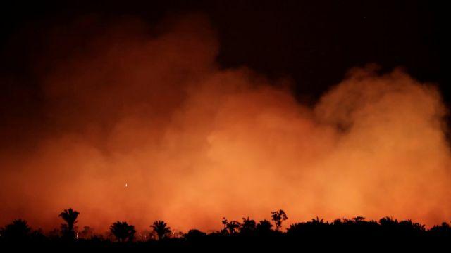 Foto noturna de 17 de agosto mostra fumaça na mata perto de Humaitá, no Amazonas