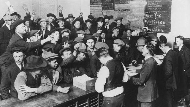 Безработные штурмуют биржу труда в Лос-Анджелесе в 1919 году