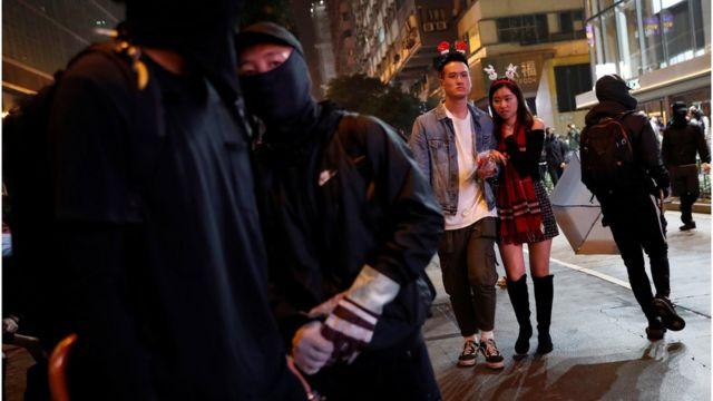 黑衣人與慶祝聖誕的市民一同出現街頭。