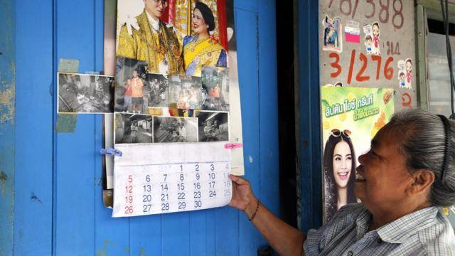 多くの国民が国王夫妻の肖像写真を飾っている