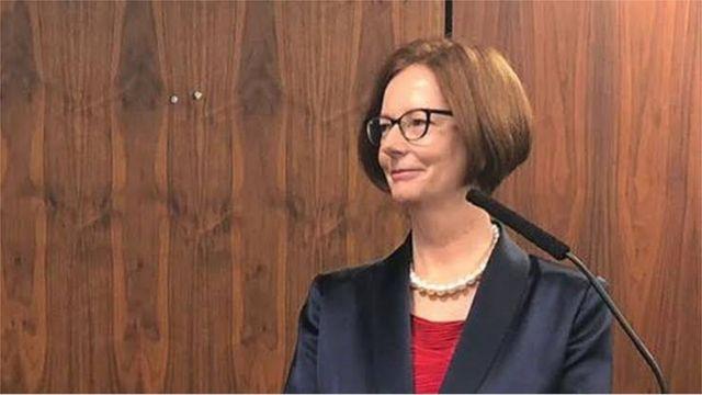 Student wirft Sandwich und trifft die australische Premierministerin Julia Gillard für 2013