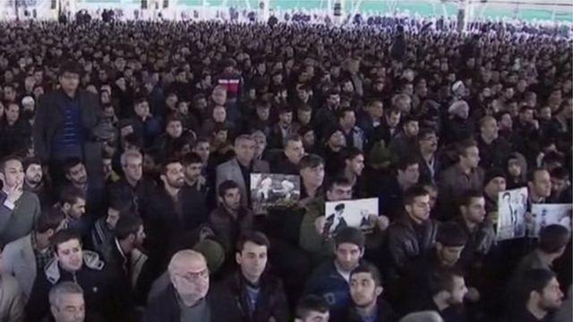 الآلاف الإيرانيين حوالي جامعة طهران للمشاركة في جنازة رفسنجاني