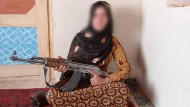 Gabadha yar oo sidata qoriga AK-47 ee ay isku difaacday