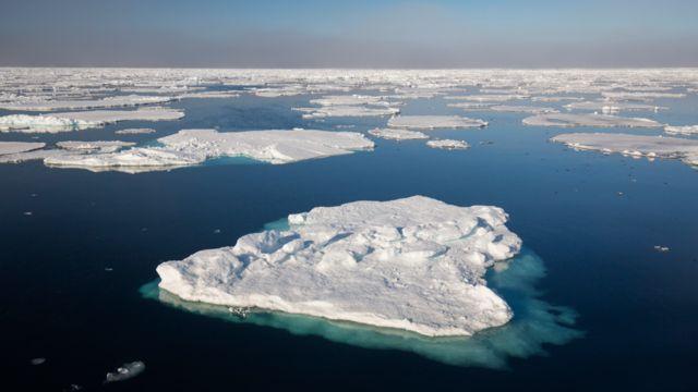 Hielo flotando en el océano en el Ártico