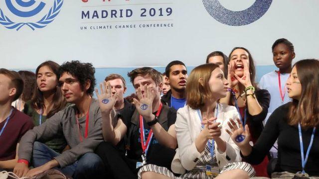 Аршак Макичян и другие молодые участники Конференции ООН заняли сцену в знак протеста