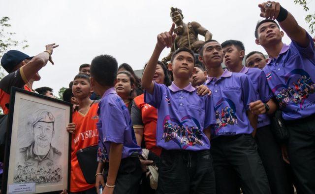 Los niños rescatados ante la estatua del buzo tailandés Saman Gunan.