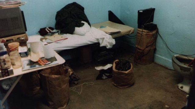 La celda desordenada de Nick Yarris en la prisión.