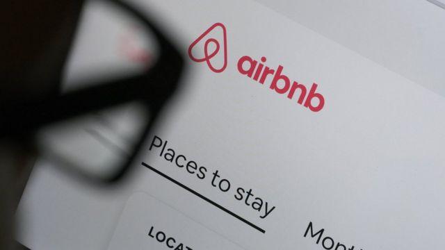 Ilustración de una persona mirando la página de Ainbnb.