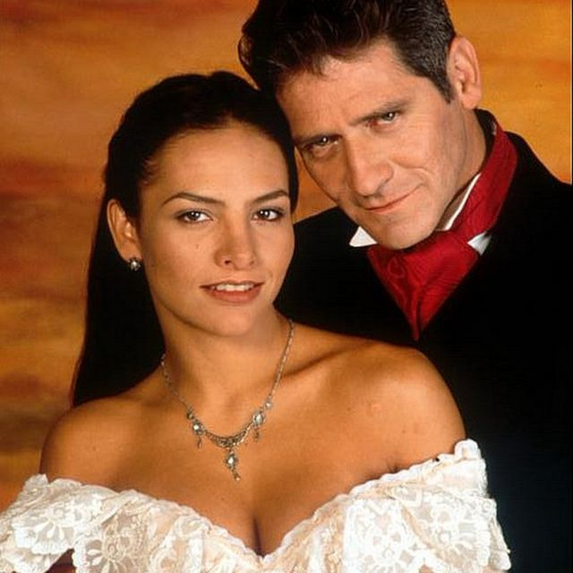 Fabiola Campomanes y Leonardo Daniel en la telenovela mexicana Azul Tequila