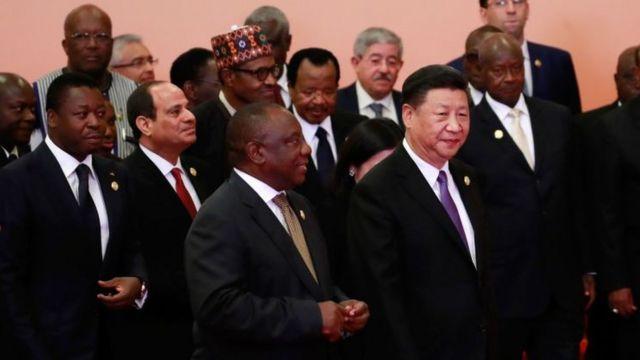 Rais wa China President Xi Jinping akitembea mbele ya viongozi wa Afrika