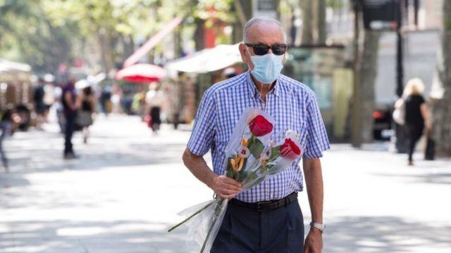 Homem com máscara em Barcelona
