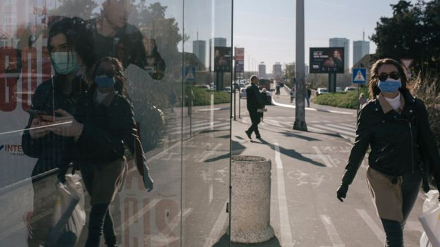 žena s maskom na brankovom mostu