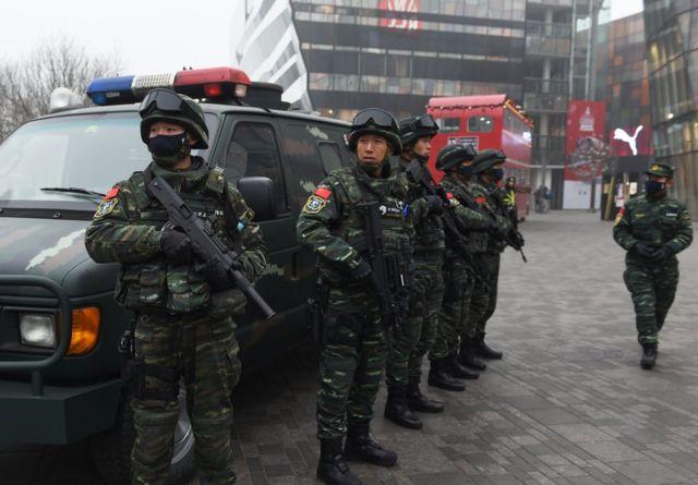 テロ情報があった北京・三里屯地区で警戒する武装警官(26日)