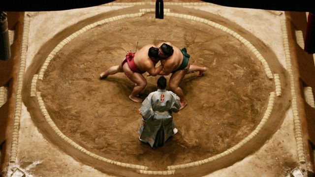 女性は土俵に立ち入ることを禁じられている