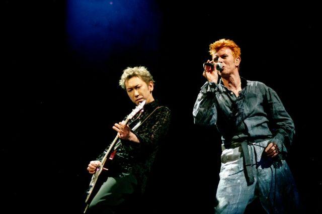 元BOOWYの布袋寅泰は1996年に東京の日本武道館でボウイと共演した。