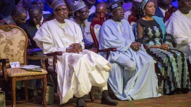 Aarẹ Muhammadu Buhari, Oloye Bisi Akande Akande ati Asiwaju Bọla Tinubu n joko