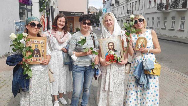 Анастасия Некрашевич в кругу верующих