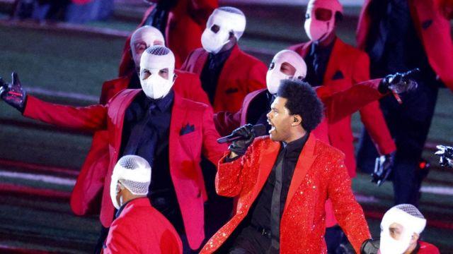 The Weeknd rodeado de bailarines
