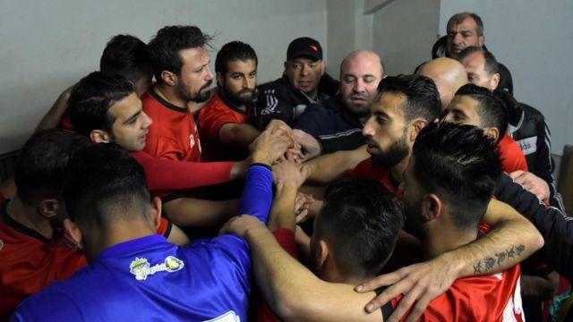 El Al Ittihad se sobrepuso a una expulsión en el minuto dos de partido para llevarse la victoria sobre el final del encuentro.