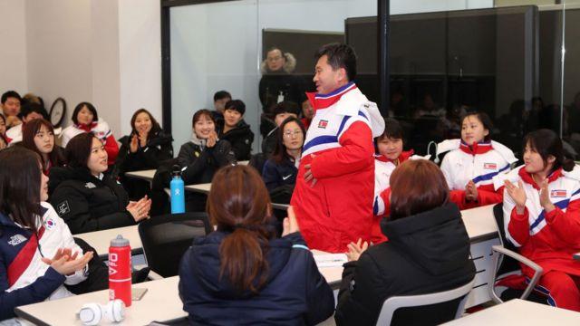 진천군 진천 국가대표선수촌에서 박철호 북한 감독이 팀미팅을 하고 있다
