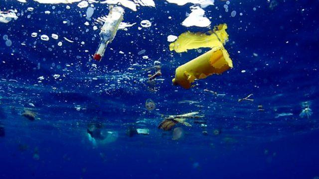 Garrafas e outros objetos de plástico no oceano