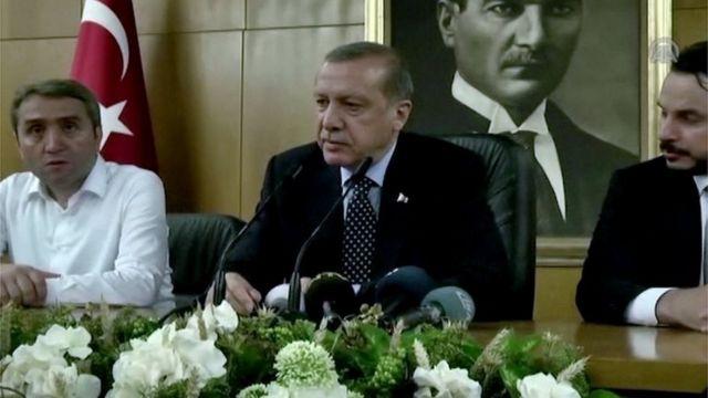 Recip Tayyep Erdogan (centro) diante de retrato de Kemal Ataturk (16/07/16)