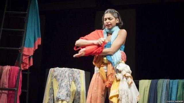 कपड्यांचा लैंगिक हिसेंशी संबध आहे का? असा प्रश्न त्यांच नाटक उपस्थित करतं.