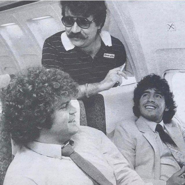 Minguella junto a Maradona en un avión.