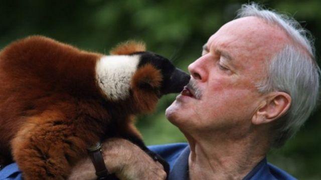 John Cleese com um lêmure
