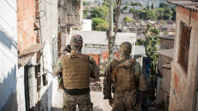 Policiais durante operação em favela do Rio de Janeiro