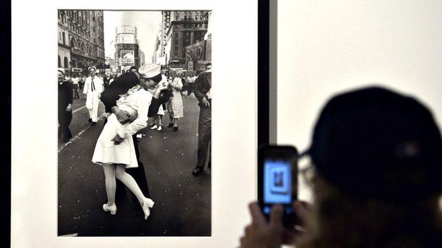 Un visitante en la exposición que alberga la famosa fotografía de Eisenstadt.