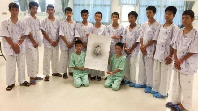 உயிரிழந்த வீரருக்கு அஞ்சலி செலுத்திய 12 சிறுவர்கள்