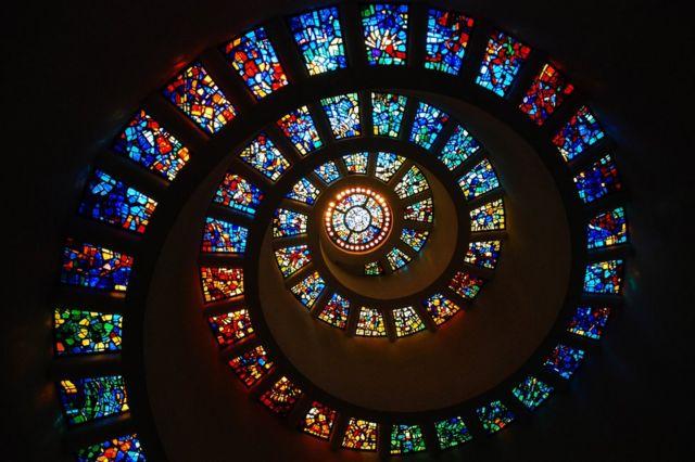 El vitral en espiral de la Capilla de Acción de Gracias, Dallas, Texas, Estados Unidos representa la secuencia de Fibonacci.