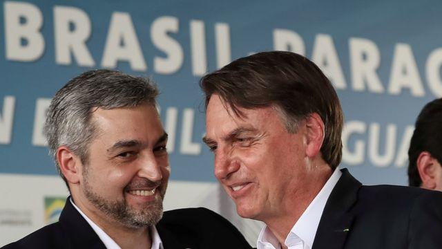 Mario Abdo Benitez e Jair Bolsonaro sorriem e conversam em evento