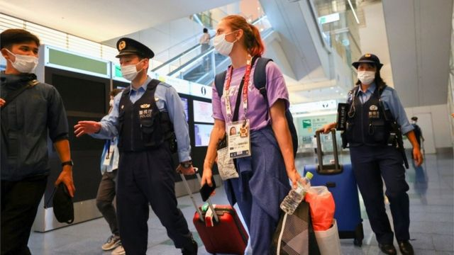 El 1 de agosto, Zimanusskaya fue escoltado por la policía en el aeropuerto Haneda de Tokio.