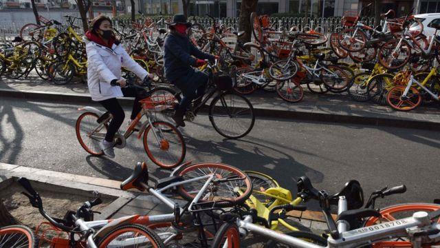 2018人們在街頭騎共享單車