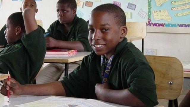 ديفون يقول إن حجم الفصل الدراسي الصغير والمدرسون الذين يتمتعون بدرجة كبيرة من التركيز وقلة مصادر الإلهاء والبيئة الهادئة حول المدرسة ساعدته على التعلم