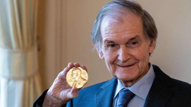 El físico Roger Penrose muestra la medalla que acompaña el Premio Nobel de Física, diciembre 2020
