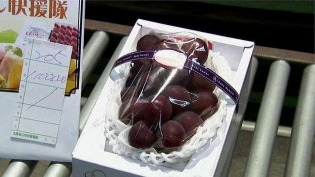 Cacho de uva rubi romana à venda no Japão