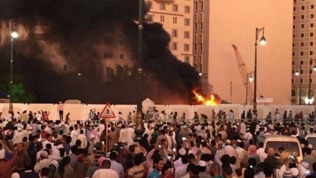 Las imágenes muestran un vehículo ardiendo cerca de la Mezquita del Profeta.