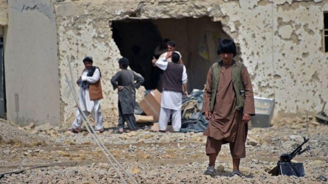 Lực lượng an ninh Afghanistan bảo vệ một tòa nhà bị hư hại