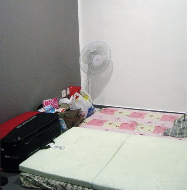 Phòng trọ của một phụ nữ mại dâm Việt Nam, do người môi giới cho thuê