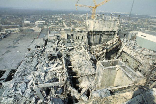 从旁边3号反应堆看去,发生爆炸的4号反应堆成了废墟