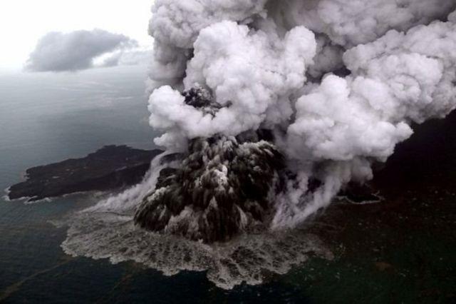 Foto aerial Gunung Anak Krakatau saat erupsi 23 Desember 2018. Longsoran gunung tersebut mengakibatkan tsunami di pesisir barat Jawa dan ujung selatan pulau Sumatera.