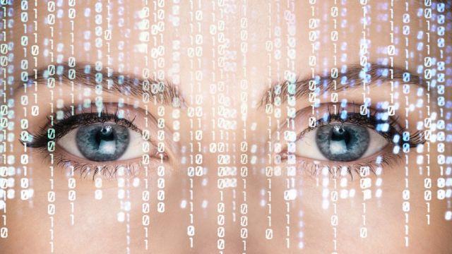 Mujer con números en la cara