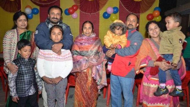 आनंद की पत्नी ऋतु रश्मि, ख़ुद आनंद कुमार, आनंद की मां, आनंद के भाई प्रणव कुमार और उनकी पत्नी
