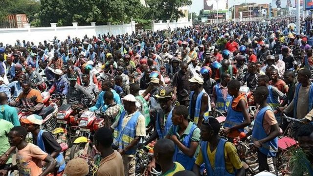 A Bujumbura, c'est le maire de la ville, Freddy Mbonimpa, et le numéro deux du ministère de l'Intérieur, Thérence Ntahiraja, qui ont conduit la manifestation jusque devant le siège de la représentation de l'Union Européenne.