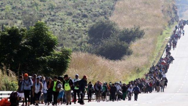 Meksika sınırından ABD'ye doğru yürüyen göçmenler